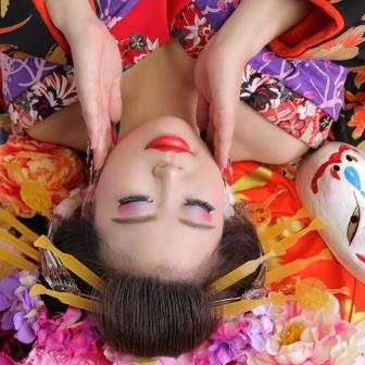 写真:胸元あらわに立ち姿で色っぽい古典風花魁体験