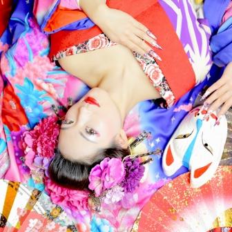 写真:青とピンクの打ち掛け・紫の着物 古典風花魁