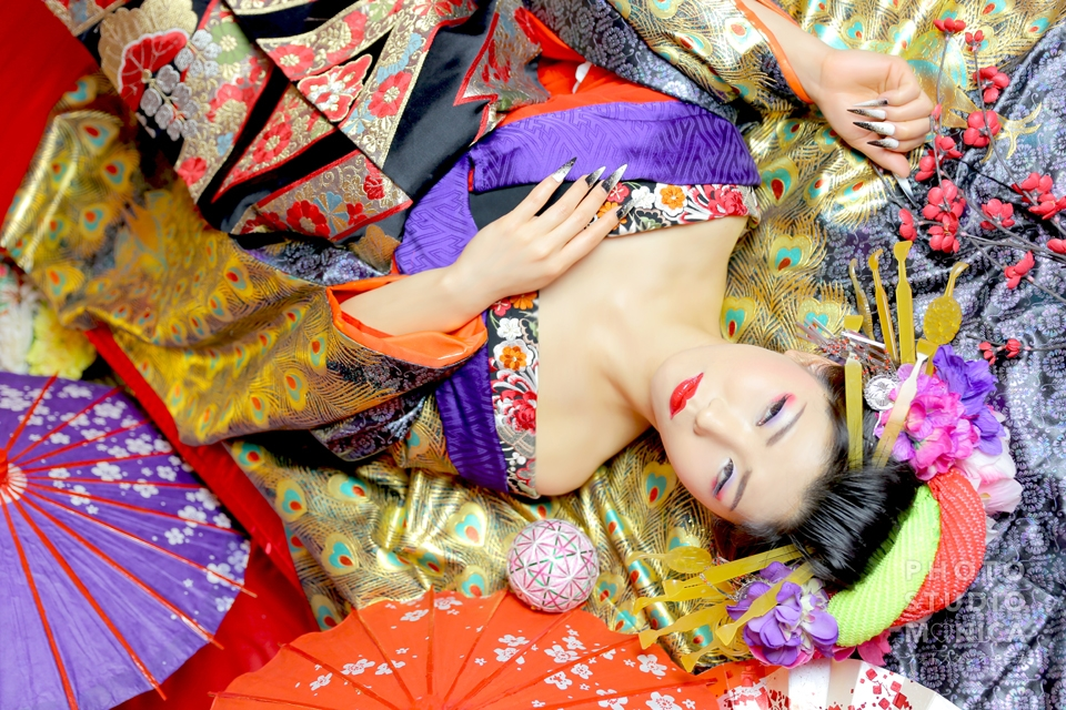 写真:金孔雀の打ち掛け・黒赤の着物 古典風花魁