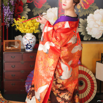 写真:豪華な橙の打掛け・紫のお着物で古典風花魁