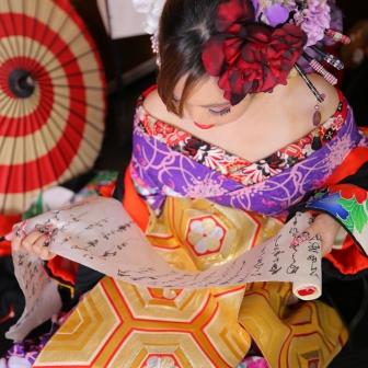 写真:小悪魔風に赤・黒・紫の着物で色っぽい現代風花魁