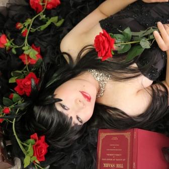 写真:シックなブラックドレスで変身&古典花魁体験