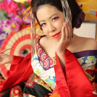 写真:白の着物に赤と黒の打ち掛けで艶やかな古典風花魁