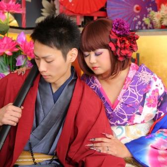 写真:お洒落な彼女とポージング上手な彼氏のカップル花魁