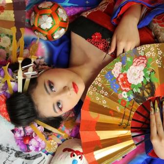 写真:艶やかな真紅と黒の着物でキリリと古典風花魁