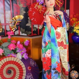 写真:青の打ち掛けで余裕の立ち姿が美しい古典風花魁
