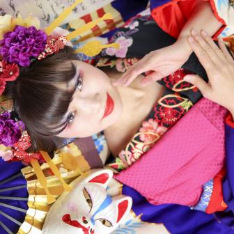 写真:キセル片手に華やかな古典風花魁!