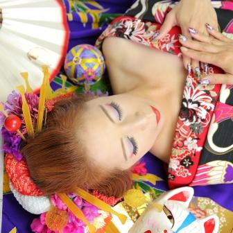 写真:色白の肌が美しく紫の着物に映える艶やか古典風花魁