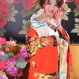 写真:簪と朱色の前掛けが美しい古典風花魁様