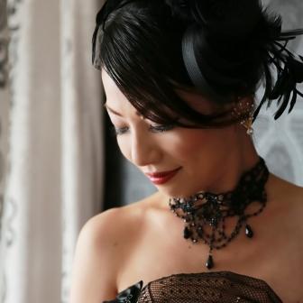 写真:紫のドレスにシックな黒のヘッドドレス