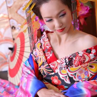 写真:美しい額と肩を見せて艶やかで色っぽい古典風花魁
