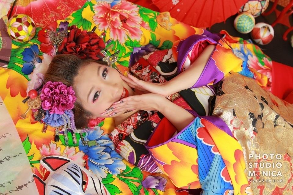 写真:肩のチラ見せ花柄が映える黒と赤の現代風花魁