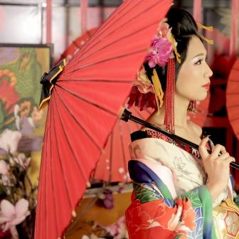 写真:美しく妖艶な古典花魁!扇や狐面を持って撮影