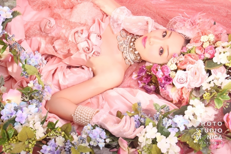 写真:ピンクのカラードレスで変身体験