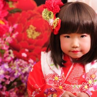 写真:赤い着物 ボブが可愛いちび花魁