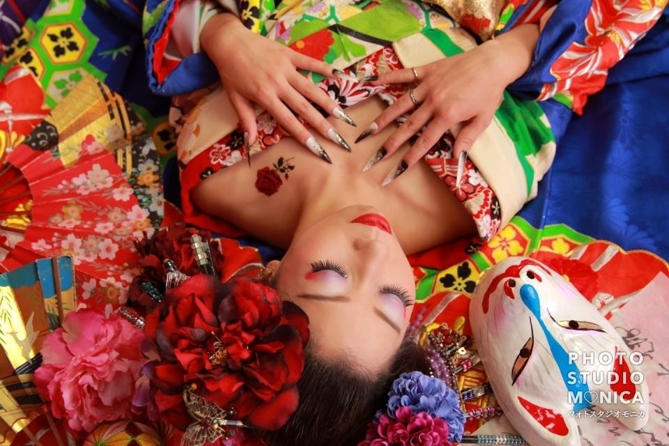 写真:笑顔が素敵!カラフルで華やかな装いの現代風花魁