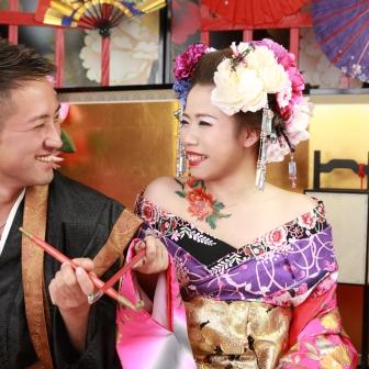 写真:笑顔が爽やかな美男美女のカップル花魁体験
