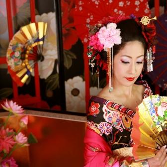 写真:ローズピンクの着物で凛とした現代風美人花魁