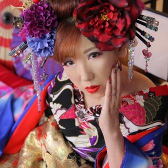 写真:赤と青の着物で艶やかに!目元が色っぽい現代風花魁