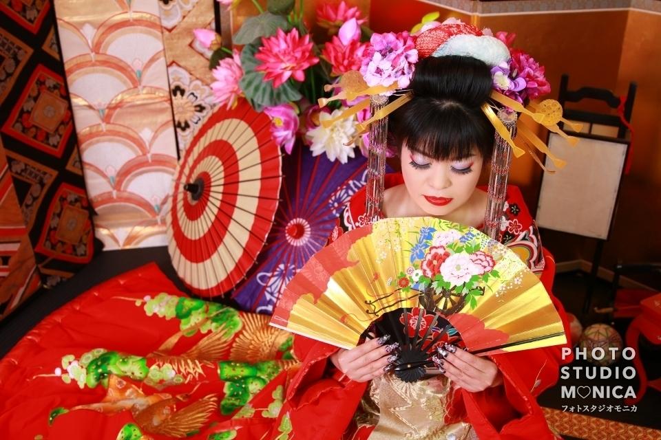 写真:真紅の着物を纏って艶やかな笑顔の古典風花魁