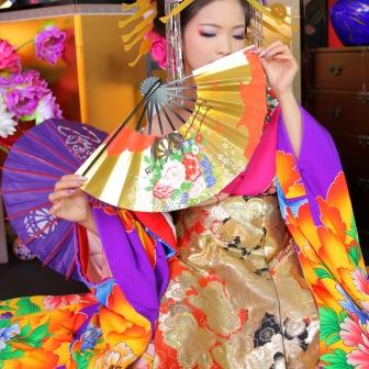 写真:ローズピンクと紫の着物で艶やかな美人古典風花魁