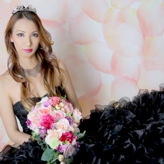写真:ラグジュアリーな黒ドレスと華やかな古典風花魁