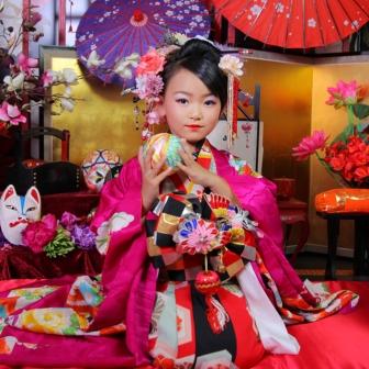 写真:ピンクの着物でとっても可愛い子供花魁体験