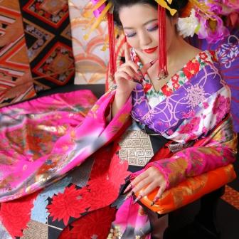 写真:ローズピンクの着物としなやかな座り姿が美しい古典風花魁