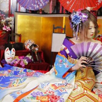 写真:白・青・紫の着物がクールな色白の美人花魁体験