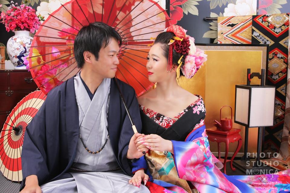 写真:着物姿で仲良しカップル花魁体験
